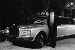 Osho Rajneesh sa jednim od svojih Rols-Rojs automobila kojih je imao 93