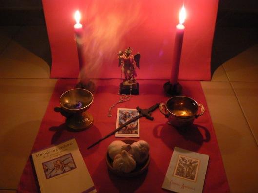 Primer improvizovanog ličnog oltara kakvi se koriste u benedicariji, u ovom slučaju je u pitanju oltar posvećen Svetom Arhandjelu Mihajlu