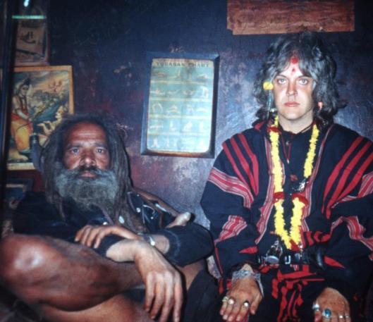 Genesis P-Orridge 1991. godine sa agori babom Pagalanandom u njegovoj pećini u Pašpatinatu, na Katmanduu. Pagalanandina pećina se nalazi odmah pored krematorijuma i miris spaljenih leševa kažu da je stalno prisutan un unutra. Pagalalanda je bio predvideo Genesisov dolazak i kažu da su razmenili neke šamanističke tehnike.