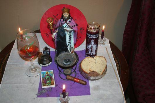 Oltar postavljen za ritual posvećen Svetom Kiprijanu kojeg čarobnjaci tretiraju kao svog zaštitnika u izvodjenju praktične magije; crkva se sa time ne slaže i ne smatra da je Sveti Kiprijan zaštitnik magije, već da se koristi da se skinu sve magije i vradžbine